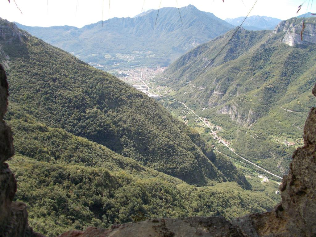 Ausblick auf Arsiero und die Bergstraße am Hang