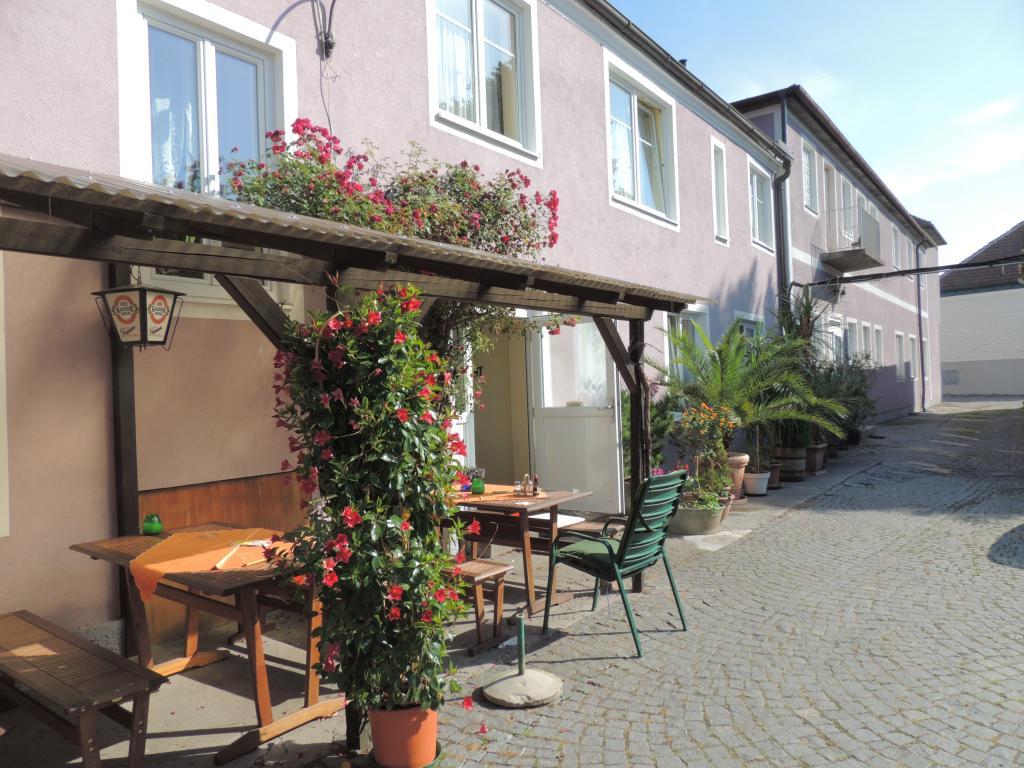 Wir haben den Gasthof Weg in Prinzersdorf erreicht. Hier werden wir Quartier nehmen und unsere Fahrten durch das Land starten.