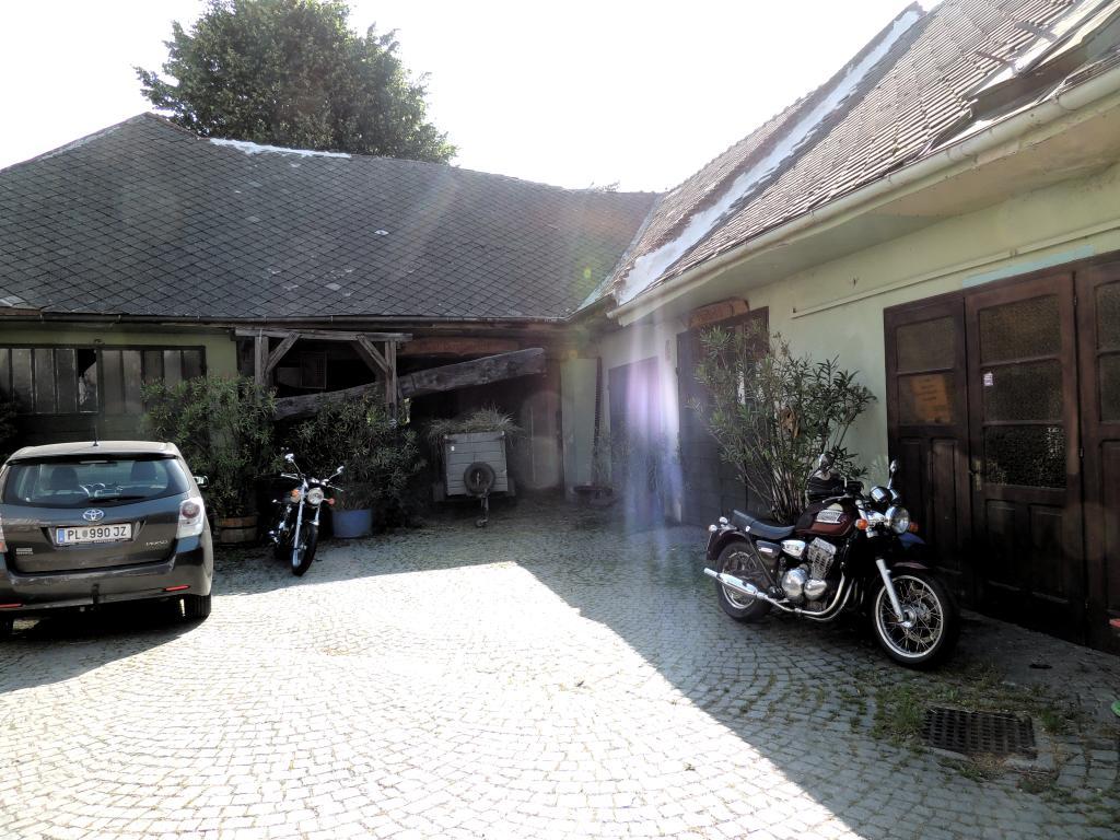 Hinter der dicken Holztür der Remise befindet sich der Platz für unsere beiden Motorräder.