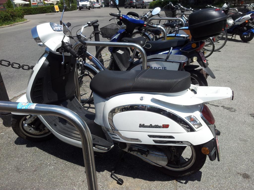 Zum südlichen Flair tragen auch die vielen Motorroller bei, die das Ortsbild prägen. Wie man weiss, mag ich diese Fahrzeuggattung ja sehr und so freut mich auch dieser vespoide Roller namens Vendetta.