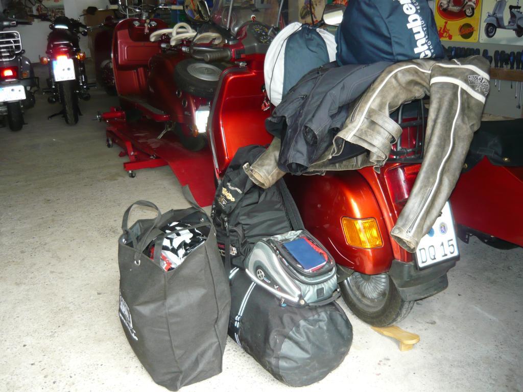 Aber hier in der Scheune habe ich die mitzunehmenden Motorrad-Klamotten zwischen gelagert. Wahrscheinlich könnte ich damit 12 Wochen Urlaub machen.