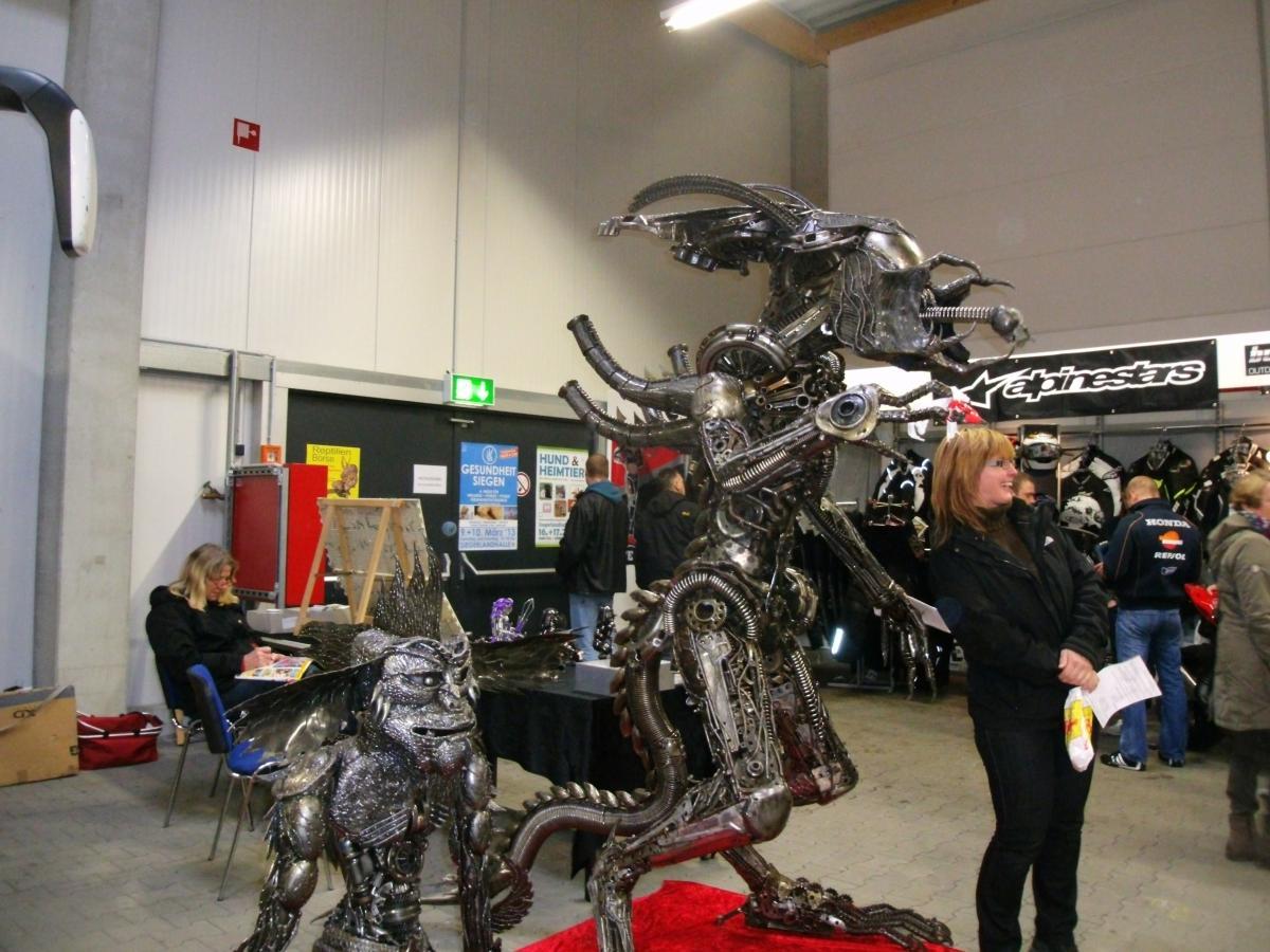 Toll gemacht finde ich diese Metall-Skulptur eines Alien. Kann als kleines Modell für 59 € erworben werden, aber völlig gegen meine Gepflogenheiten kaufe ich heute nichts, rein gar nichts.