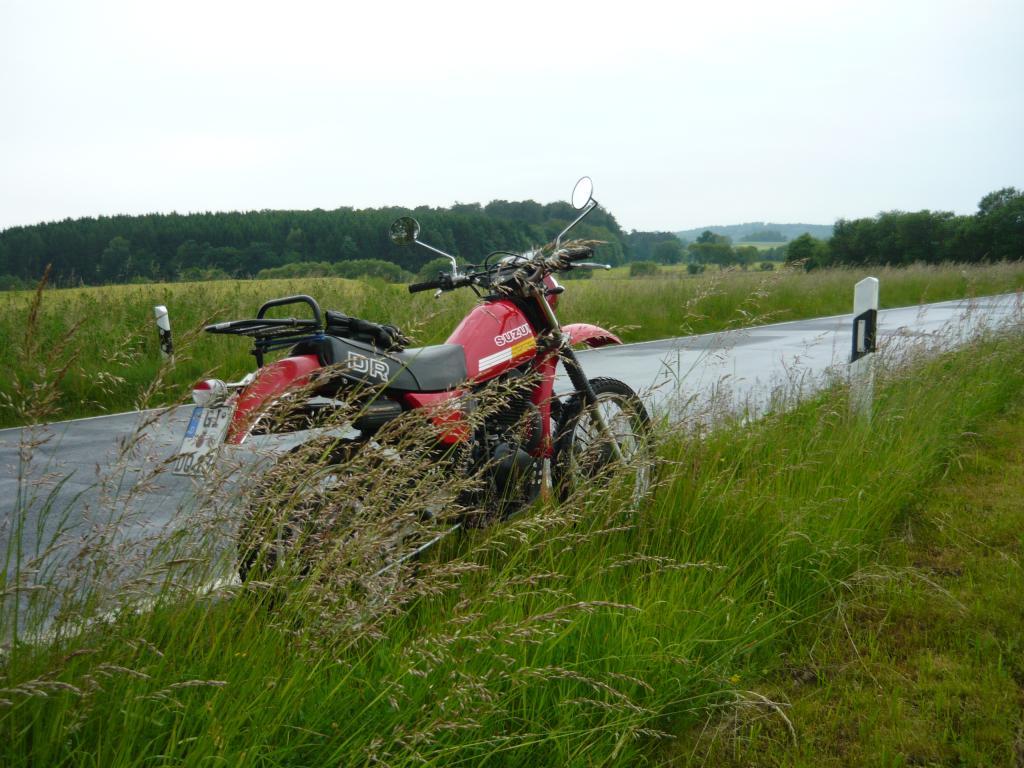Danach kommt dann der für gestern angekündigte Regen. Weil der aber recht warm ist, fahre ich trotzdem eine kleine, feuchte Runde mit der Suzuki.